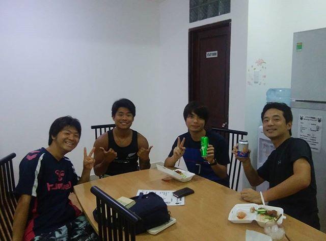 大学生バックパッカーの3人とディナーです!毎日こんな感じで共有スペースを使って、会話を楽しんだり、旅の情報を交換したりして過ごしてます!これからホーチミンに来られる方はぜひ気軽に訪れて下さい!#ベトナム #ホーチミン #バックパッカー #日本人宿 #Usagiyah
