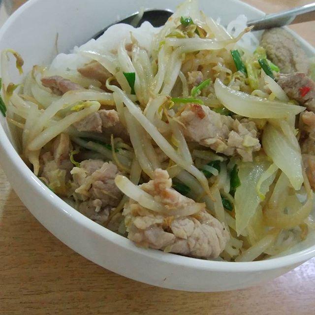 今日の #ランチ は #兎家 スタッフ特製 #ブントゥッサゥ#ニュックマウ をかけて混ぜて食べる#うまい!うさぎやでは #ベトナム料理教室 も開催しています#usagiyah #うさぎや #ゲストハウス #日本人宿 #バックパッカー #バックパッカー女子 #ベトナム #ベトナム料理 #ホーチミン #一人旅