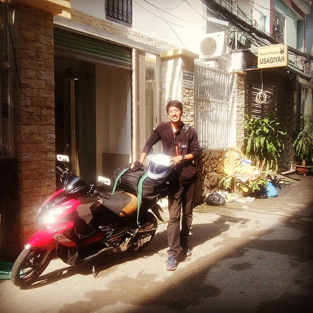 先日、うさぎやプロデュースでバイクを購入されたお客様。ハノイまで1,800km、ベトナム縦断バイクの旅に旅立ちました。うさぎやとしては無事にハノイに到着して欲しい、個人的にはめっちゃトラブって欲しい(いろんなことあるっていう良い意味です笑)と思います。ちなみにうちのスタッフはクレイジーってつぶやいてました(笑)さあ、これから毎日彼のFacebookを見るのが楽しみです!まずはムイネー!ハノイまでがんばれ!!! #usagiyah #兎家 #兎家ゲストハウス #うさぎや #日本人宿 #ゲストハウス #ドミトリー #Guesthouse #ベトナム #Vietnam #ホーチミン #バックパッカー #バックパッカー女子 #一人旅 #海外旅行 #バイク #バイク旅 #ベトナム縦断 #ハノイまで1,800km