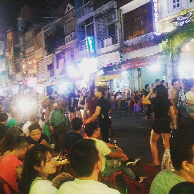 今夜はお客様とホーチミンのバックパッカー通り、ブイビエンに繰り出しています(≧∇≦)b生バンドをやってる向かいのお店で100円のビールを飲んでます♪ちょっと天気は良くないですが、週末は歩行者天国になるブイビエンは今夜もパーティーです!うさぎやから徒歩10分でこんなステキなところにいけますよ!#usagiyah #兎家 #兎家ゲストハウス #うさぎや #日本人宿 #ゲストハウス #ドミトリー #Guesthouse #ベトナム #Vietnam #ホーチミン #バックパッカー #バックパッカー女子 #一人旅 #海外旅行 #バックパッカー通り #ブイビエン #buivien #パーティー #ぱりぴ #100円ビール #歩行者天国