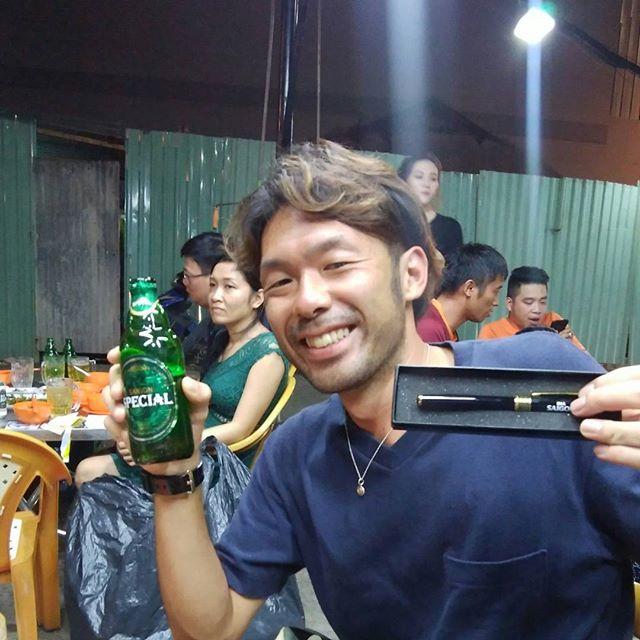 先日うさぎやにお泊まりいただいたお客様がムイネーから戻ってきて、帰国前に再度うさぎやに寄っていただけました。彼は今夜日本に帰国なので宿泊されないんですが、またうさぎやのみんなに会いたいって来てくれましたヾ(^▽^)ノ飛行機まで飲みにいこー!って近所の屋台に行ってビールを飲んでたら、キャンペーンやっててサイゴンビール5本で高級そうなペンをもらいました!ベトナムで楽しい思い出がいっぱいできたみたいで、また帰ってくるって言っていただきました。ベトナムに訪れた方にはベトナムを好きになってもらえるよう、うさぎやは全力で努力します!泊まらなくてもいいし、ちょっと遊びに来てください。いつでも待ってますよ~♪.ホーチミンの日本人ゲストハウス兎家(うさぎや)ゲストハウスusagiyah.com.#usagiyah #兎家 #兎家ゲストハウス #うさぎや #日本人宿 #ゲストハウス #ドミトリー #Guesthouse #ベトナム #Vietnam #ホーチミン #バックパッカー #バックパッカー女子 #一人旅 #海外旅行 #屋台 #サイゴンビール #プレゼント #saigonbeer
