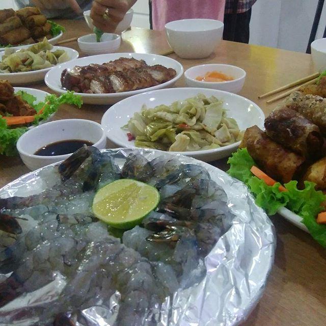 今夜はお客様とスタッフで手作りディナーパーティー♪みんなでベトナム料理を作って食べました!揚げ春巻きと生エビ、ベトナムチャーシュー。みんなで作るとより美味しいですね♪お客様とスタッフが仲良くなるのも兎家ならでわヾ(^▽^)ノもうめちゃくちゃ仲良い友達です(≧∇≦)b.ホーチミンの日本人ゲストハウス兎家(うさぎや)ゲストハウスusagiyah.com.#usagiyah #兎家 #兎家ゲストハウス #うさぎや #日本人宿 #ゲストハウス #ドミトリー #Guesthouse #ベトナム #Vietnam #ホーチミン #バックパッカー #バックパッカー女子 #一人旅 #海外旅行 #ベトナム料理 #パーティー #手作り #
