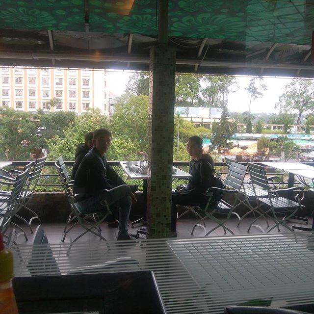 ダラットは今日も雨。オープンカフェも肌寒いです。ホーチミンからバスで7時間ほどのこの街は標高1,500mくらいの高地にあります。朝夕は15℃くらいまで下がるので、ホーチミンから来ると寒いですね。ダウンを着ている人も少なくありません。しかし足元はなぜか素足にサンダル(笑)..ホーチミンの日本人ゲストハウス兎家(うさぎや)ゲストハウスusagiyah.com.#usagiyah #兎家 #兎家ゲストハウス #うさぎや #日本人宿 #ゲストハウス #ドミトリー #Guesthouse #ベトナム #Vietnam #ホーチミン #バックパッカー #バックパッカー女子 #一人旅 #海外旅行 #ダラット #今日も雨 #素足にサンダル #寒い #カフェ #オープンカフェ
