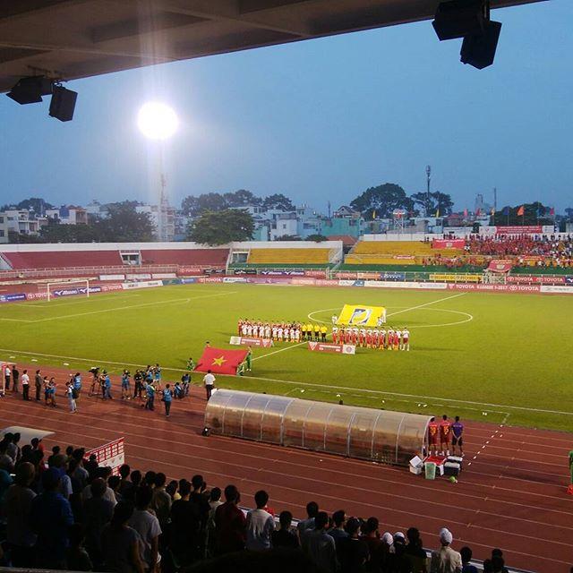 今夜はVリーグのサイゴンダービー。Vリーグってバレーボールじゃありません、ベトナムサッカーリーグです!うさぎやツアーでベトナムサッカーリーグの観戦に来ています。.ホーチミンシティFC vs サイゴンFC.ひさびさのサッカー観戦、やっぱりスポーツ観戦は楽しいですね!.ホーチミンの日本人ゲストハウス兎家(うさぎや)ゲストハウスusagiyah.com.#usagiyah #兎家 #兎家ゲストハウス #うさぎや #日本人宿 #ゲストハウス #ドミトリー #Guesthouse #ベトナム #Vietnam #ホーチミン #バックパッカー #バックパッカー女子 #一人旅 #海外旅行 #ベトナムサッカー #Vリーグ #サッカー観戦 #プロサッカー #サイゴンダービー #ホーチミンシティFC #サイゴンFC