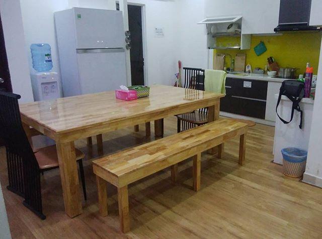 うさぎやのダイニングに新しいテーブルが来ました!今までのテーブルは6人座るといっぱいいっぱいで食事会も不便でしたけど、今度のテーブルは特大サイズ!これで毎晩パーティーできる♪♪♪.ホーチミンの日本人ゲストハウス兎家(うさぎや)ゲストハウスusagiyah.com.#usagiyah #兎家 #兎家ゲストハウス #うさぎや #日本人宿 #ゲストハウス #ドミトリー #Guesthouse #ベトナム #Vietnam #ホーチミン #バックパッカー #バックパッカー女子 #一人旅 #海外旅行 #旅好きの人と繋がりたい #ダイニングテーブル #キッチン #パーティー #パーティーが楽しみ #交流会 #食事会