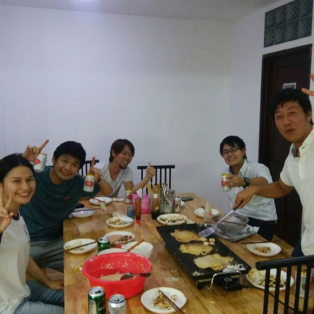今夜はうさぎやでバックパッカー、駐在員、インターンの日本人が集まってお好み焼きをしました。みんな久しぶりの日本の味に大満足!.ただし、うさぎやは少々臭いが…(;´Д`).ホーチミンの日本人ゲストハウス兎家(うさぎや)ゲストハウスusagiyah.com.#usagiyah #兎家 #兎家ゲストハウス #うさぎや #日本人宿 #ゲストハウス #ドミトリー #Guesthouse #ベトナム #Vietnam #ホーチミン #バックパッカー #バックパッカー女子 #一人旅 #海外旅行 #旅好きの人と繋がりたい #パーティー #交流会 #駐在員 #インターン #お好み焼き #インターンシップ