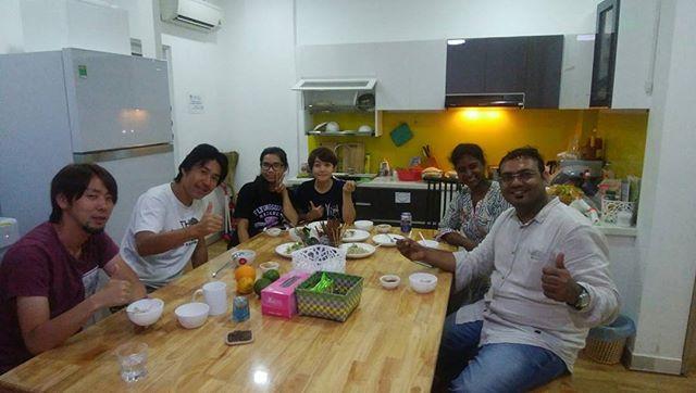 今夜はインドからのお客様と日本からのお客様と生春巻きを作りました。慣れない食材と知らない調味料を使って四苦八苦しながらのベトナム料理体験。でも、うさぎやスタッフは日本語と英語でちゃんと教えてくれたので、レストランで出してるような生春巻きが出来ました!もちろんこの後みんなで食事会。ベトナムとインドと日本の文化についていろいろ交流を深めました。.世界中のいろんな国の人と交流できるのもうさぎやならではですね。.英語が苦手な方でもスタッフが通訳してくれますので、全然問題ありませんよー。うさぎやにお越しの際は日本語での異文化交流も楽しんでください♪.ホーチミンの日本人ゲストハウス兎家(うさぎや)ゲストハウスusagiyah.com.#usagiyah #兎家 #兎家ゲストハウス #うさぎや #日本人宿 #ゲストハウス #ドミトリー #Guesthouse #ベトナム #Vietnam #ホーチミン #バックパッカー #バックパッカー女子 #一人旅 #海外旅行 #旅好きの人と繋がりたい #ベトナム料理 #インド人 #日本人 #異文化交流 #食事会 #交流会 #生春巻き
