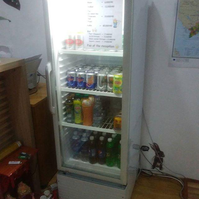 先日うさぎやに販売用冷蔵庫が届きました。今までは普通の冷蔵庫でドリンクを販売してましたが、クリアな冷蔵庫になれば売り上げが増えればいいなぁ。うさぎやのドリンクはコンビニ価格ですので、安心してご購入くださいませ。.ホーチミンの日本人ゲストハウス兎家(うさぎや)ゲストハウスusagiyah.com.#usagiyah #兎家 #兎家ゲストハウス #うさぎや #日本人宿 #ゲストハウス #ドミトリー #Guesthouse #ベトナム #Vietnam #ホーチミン #バックパッカー #バックパッカー女子 #一人旅 #海外旅行 #旅好きの人と繋がりたい #販売用冷蔵庫 #ドリンク販売 #コンビニ価格 #ベトナムビール
