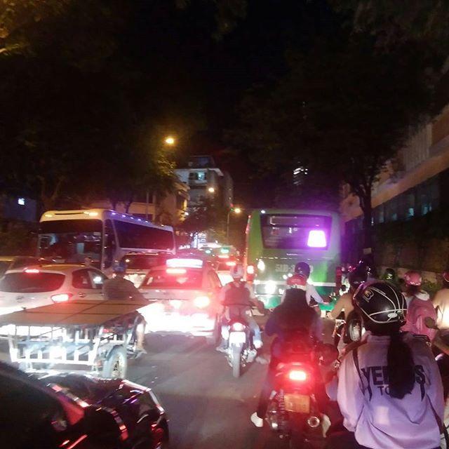 今夜は食事の予定があって夕方に外出。しかし大渋滞にひっかかってしまいました。。。ホーチミンでは朝の6時半から8時まで、夕方5時から7時まではどこも大変な渋滞になります。バイクの波とはこのことですね。。。.ホーチミンの日本人ゲストハウス兎家(うさぎや)ゲストハウスusagiyah.com.#usagiyah #兎家 #兎家ゲストハウス #うさぎや #日本人宿 #ゲストハウス #ドミトリー #Guesthouse #ベトナム #Vietnam #ホーチミン #バックパッカー #バックパッカー女子 #一人旅 #海外旅行 #旅好きの人と繋がりたい #渋滞 #バイクの波 #バイタク #仕方ない #遅刻