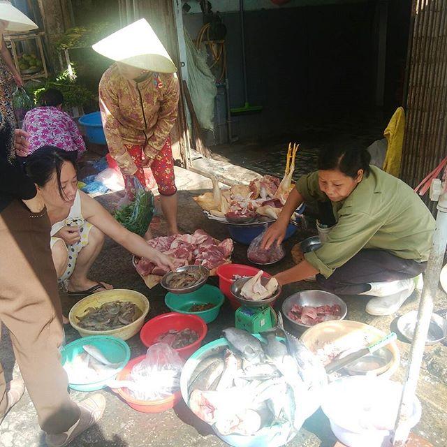 ベトナムはまだまだ市場文化が残ってます。うさぎやの近くでは毎朝早朝から小さな市場が立ちます。野菜や果物、肉類にエビや魚などの海産まで。もちろん旅行者のみなさんでも購入することができますよ。英語は全く通じませんが、ぼったくることなくちゃんと身振り手振りで値段を教えてくれます。ここで果物を買ってみるのもいいですね。ベトナムローカルをすぐ近くで楽しめるのもうさぎやだからこそ♪.ホーチミンの日本人ゲストハウス兎家(うさぎや)ゲストハウスusagiyah.com.#usagiyah #兎家 #兎家ゲストハウス #うさぎや #日本人宿 #ゲストハウス #ドミトリー #Guesthouse #ベトナム #Vietnam #ホーチミン #バックパッカー #バックパッカー女子 #一人旅 #海外旅行 #旅好きの人と繋がりたい #ローカル #市場 #身振り手振り #ベトナムローカル #英語が通じない