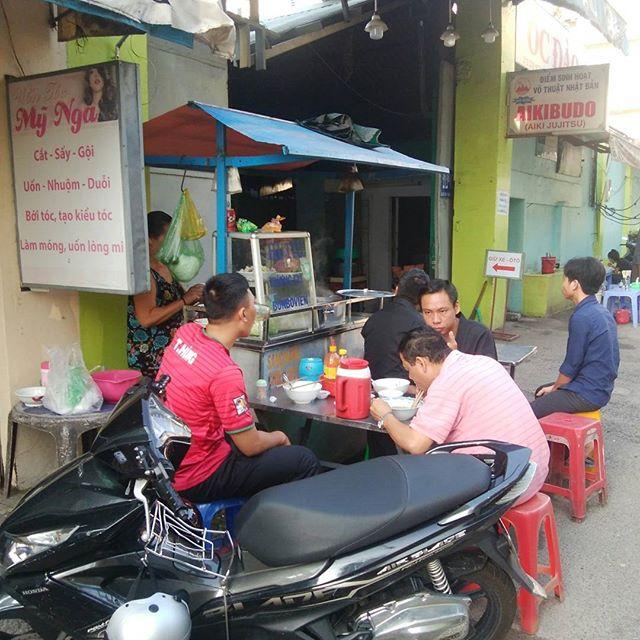 うさぎやの近くでは朝からたくさんの屋台が出ています。うさぎやではお客様にに朝食をご提供していますが、たまにはローカルな屋台の朝ごはんもオススメします。ベトナムの朝ごはんと言えばフォーやバインミー(ベトナムサンドイッチ)が有名ですが、ホーチミンでは圧倒的にフーティウという麺料理が人気です。フォーと違ってコシのある細麺はきっとやみつきになりますよ。ホーチミンのローカルな屋台を楽しんでみてはどうですか??.ホーチミンの日本人ゲストハウス兎家(うさぎや)ゲストハウスusagiyah.com.#usagiyah #兎家 #兎家ゲストハウス #うさぎや #日本人宿 #ゲストハウス #ドミトリー #Guesthouse #ベトナム #Vietnam #ホーチミン #バックパッカー #バックパッカー女子 #一人旅 #海外旅行 #旅好きの人と繋がりたい #朝ごはん #朝食 #ローカル屋台 #屋台 #フーティウ #フォー #バインミー