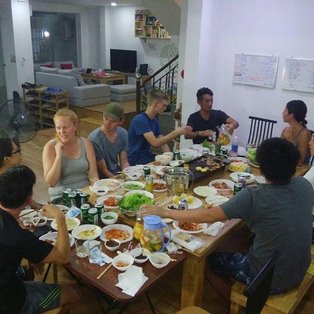 今夜はお客様とスタッフで焼き肉パーティー!日本人宿ですけど、外国のお客様も来られますので、いろんな国の人と出会えるチャンスがあります♪今夜はポーランド、シンガポール、ドイツ、イングランドのお客様が来られてます。これこそ旅人の宿ですよね~♪.ホーチミンの日本人ゲストハウス兎家(うさぎや)ゲストハウスusagiyah.com.#usagiyah #兎家 #兎家ゲストハウス #うさぎや #日本人宿 #ゲストハウス #ドミトリー #Guesthouse #ベトナム #Vietnam #ホーチミン #バックパッカー #バックパッカー女子 #一人旅 #海外旅行 #旅好きの人と繋がりたい #旅人の宿 #焼き肉パーティー #焼き肉 #パーティー #異文化交流 #Happynight