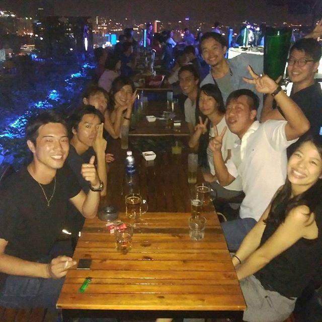 ホーチミンにはルーフトップバーがいっぱいあります。今夜はお客様と食事の後にみんなでルーフトップバーでビールナイト♪日本、イタリア、中国、マレーシアな夜。まるでベトナムじゃないみたい!.ホーチミンの日本人ゲストハウス兎家(うさぎや)ゲストハウスusagiyah.com.#usagiyah #兎家 #兎家ゲストハウス #うさぎや #日本人宿 #ゲストハウス #ドミトリー #Guesthouse #ベトナム #Vietnam #ホーチミン #バックパッカー #バックパッカー女子 #一人旅 #海外旅行 #旅好きの人と繋がりたい #イタリア #中国 #マレーシア #ルーフトップバー #バー #ビールナイト