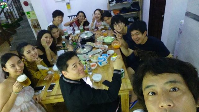 今夜のうさぎやは公用語が中国語!台湾、中国、韓国、日本の東アジアの飲み会になりました(笑)1番通じるのが中国語という…(°∇°;)正直、東アジア情勢っていろいろ思うところありますが、旅人には国境はありませんね♪一緒に飲めばみんな友達!.ホーチミンの日本人ゲストハウス兎家(うさぎや)ゲストハウスusagiyah.com.#usagiyah #兎家 #兎家ゲストハウス #うさぎや #日本人宿 #ゲストハウス #ドミトリー #Guesthouse #ベトナム #Vietnam #ホーチミン #バックパッカー #バックパッカー女子 #一人旅 #海外旅行 #旅好きの人と繋がりたい #出会い #中国 #台湾 #韓国 #日本 #出会い