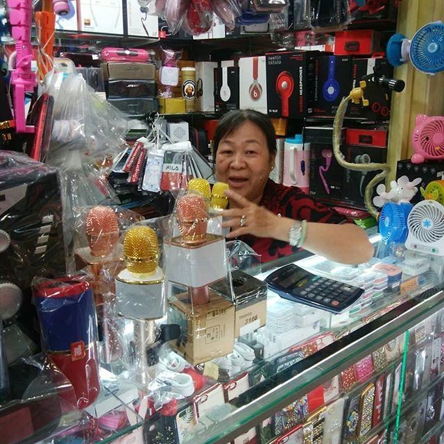 午後からちょっと用事で友人と外出。ついでに帰国用のお土産を探しにサイゴンセンターに。さすがベトナムの土産物モール。あるものあるもの全部ばったもん(笑)これ買ってったら税関で引っかかるよな….ホーチミンの日本人ゲストハウス兎家(うさぎや)ゲストハウスusagiyah.com.#usagiyah #兎家 #兎家ゲストハウス #うさぎや #日本人宿 #ゲストハウス #ドミトリー #Guesthouse #ベトナム #Vietnam #ホーチミン #バックパッカー #バックパッカー女子 #一人旅 #海外旅行 #旅好きの人と繋がりたい #出会い # # # # #