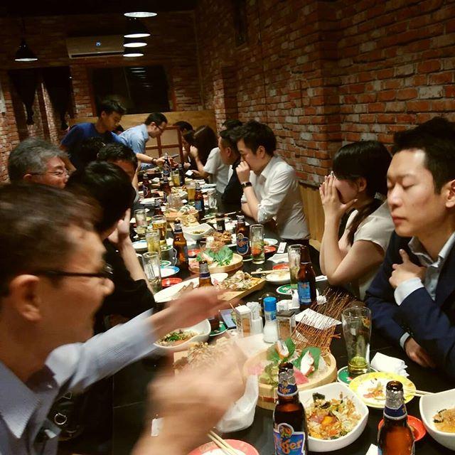 ホーチミンの日本人駐在員の飲み会はだいたいいつも日本人街のレタントンです。今夜はサイゴン会という飲み会に参加しました。うさぎやのお客さんにはベトナム事業進出を考えておられる方もいて、タイミングが合えばこんな飲み会に一緒に行ったりもします。もしベース進出をお考えなら、うさぎやならいろいろご紹介できるかもしれませんよ。.ホーチミンの日本人ゲストハウス兎家(うさぎや)ゲストハウスusagiyah.com.#usagiyah #兎家 #兎家ゲストハウス #うさぎや #日本人宿 #ゲストハウス #ドミトリー #Guesthouse #ベトナム #Vietnam #ホーチミン #バックパッカー #バックパッカー女子 #一人旅 #海外旅行 #旅好きの人と繋がりたい #出会い #海外進出 #ベトナム進出 #日本人街 #駐在員 #レタントン #ベトナム事業 #名刺交換