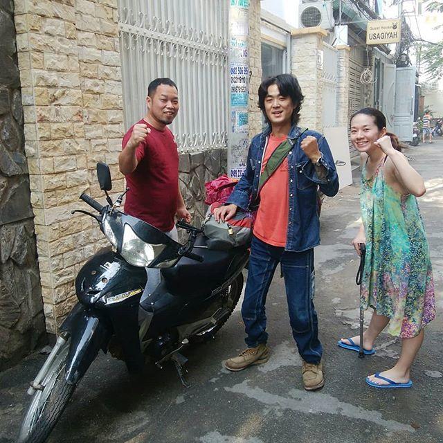 ハノイからホーチミンまで一ヶ月半かけてバイクで旅をしてきたミツルくん。1週間ほど兎家に滞在ののち、カンボジアに向けて旅立ちました。兎家にはベトナム縦断バイク旅のお客様は時々来られますが、更にカンボジアまで行く方は初めてです!その後は、タイ~ラオス~ミャンマー~バングラデシュ…。彼の旅はまだまだ終わりそうにありませんね。.ホーチミンの日本人ゲストハウス兎家(うさぎや)ゲストハウスusagiyah.com.#usagiyah #兎家 #兎家ゲストハウス #うさぎや #日本人宿 #ゲストハウス #ドミトリー #Guesthouse #ベトナム #Vietnam #ホーチミン #バックパッカー #バックパッカー女子 #一人旅 #海外旅行 #旅好きの人と繋がりたい #出会い #バイク #ベトナム縦断 #バイク旅 #カンボジア #ハノイ