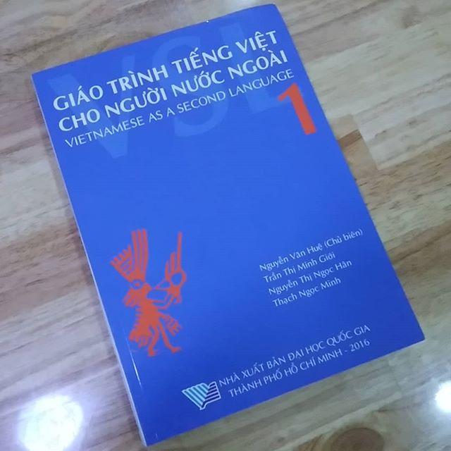 やるやる詐欺を続けること約2年。とうとうやるよ!明日からベトナム語教室に通います。これが終わったらベトナム語ペラペラですぜ、ダンナ。.注:超初心者コースしかも英語でベトナム語を習います…(´;ω;`).ホーチミンの日本人ゲストハウス兎家(うさぎや)ゲストハウスusagiyah.com.#usagiyah #兎家 #兎家ゲストハウス #うさぎや #日本人宿 #ゲストハウス #ドミトリー #Guesthouse #ベトナム #Vietnam #ホーチミン #バックパッカー #バックパッカー女子 #一人旅 #海外旅行 #旅好きの人と繋がりたい #出会い #ベトナム語 #やるやる詐欺 #本気出す #超初心者 #英語で習います