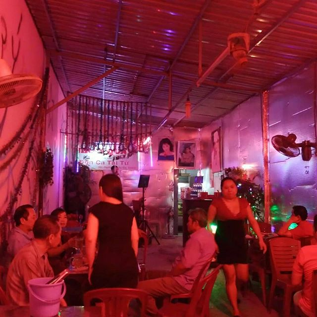 ホーチミンには厳密にはスラムという場所はありませんが、限りなくそれに近い場所はあります。そんな場所にある、地元スナックのようなお店に飛び込んでみました。カラオケがあり、女性が隣に座ってくれる。まさにスナック。ただ違うのはベトナム語しか通じない、ババアしかいない、デブしかいないということだけ。ベトナム語が話せて、ババア好き、デブ専ならドはまりは間違いないですね!.こんなカオスがホーチミンにはあります。行きたい奇特な方がおられればご案内しますよ!←案内しかしません.ホーチミンの日本人ゲストハウス兎家(うさぎや)ゲストハウスusagiyah.com.#usagiyah #兎家 #兎家ゲストハウス #うさぎや #日本人宿 #ゲストハウス #ドミトリー #Guesthouse #ベトナム #Vietnam #ホーチミン #バックパッカー #バックパッカー女子 #一人旅 #海外旅行 #旅好きの人と繋がりたい #出会い #スナック #場末 #ベトナム語 #ババア #デブ専 #ないわー