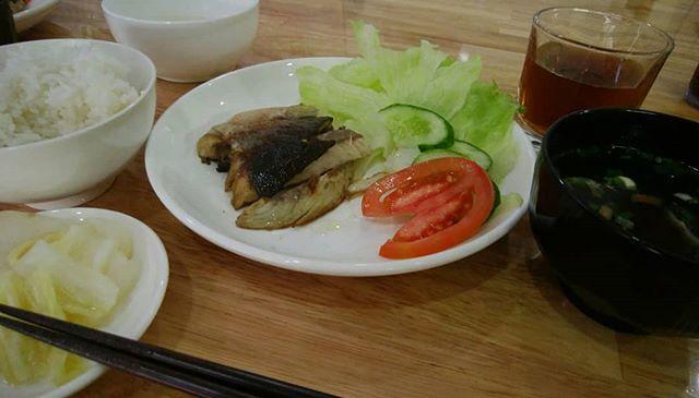 最近朝市で魚を買うことを覚えたワタシ。ランチには魚を焼いて日本食をつくるのに凝り出した。.一昨日 塩サバ定食昨日 焼きアジ定食今日 ハマチ塩焼き定食明日は焼きサンマ定食かブリの照り焼き定食に挑戦します。.うさぎや食堂も見えてきたな…(ΦωΦ).ホーチミンの日本人ゲストハウス兎家(うさぎや)ゲストハウスusagiyah.com.#usagiyah #兎家 #兎家ゲストハウス #うさぎや #日本人宿 #ゲストハウス #ドミトリー #Guesthouse #ベトナム #Vietnam #ホーチミン #バックパッカー #バックパッカー女子 #一人旅 #海外旅行 #旅好きの人と繋がりたい #出会い #塩サバ定食 #焼きアジ定食 #ハマチ塩焼き定食 #焼きサンマ定食 #うさぎや食堂 #日本食
