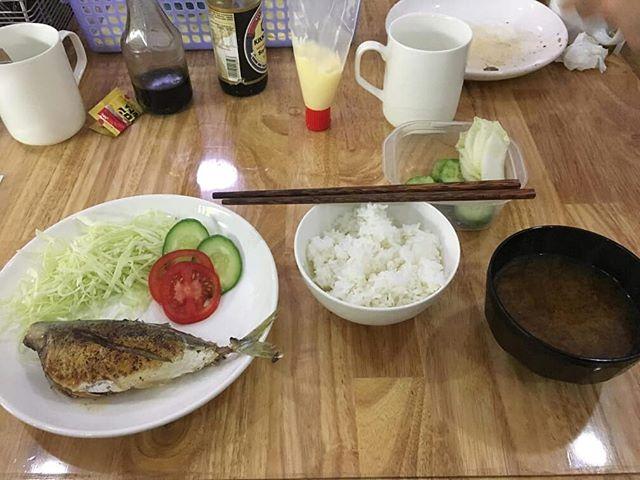 うさぎや食堂。初めてお客様に日本食の朝食を提供いたしました。40,000VND(約200円)の焼き魚定食。日本人のお客様が多かったのもあり、10食以上販売しました!これからも不定期に日本食朝食を提供していく予定です。うさぎやにお越しの際は日本食の朝食もお楽しみくださいm(_ _)m.ホーチミンの日本人ゲストハウス兎家(うさぎや)ゲストハウスusagiyah.com.#usagiyah #兎家 #兎家ゲストハウス #うさぎや #日本人宿 #ゲストハウス #ドミトリー #Guesthouse #ベトナム #Vietnam #ホーチミン #バックパッカー #バックパッカー女子 #一人旅 #海外旅行 #旅好きの人と繋がりたい #出会い #朝食 #日本食 #焼き魚定食 #味噌汁 #お漬け物