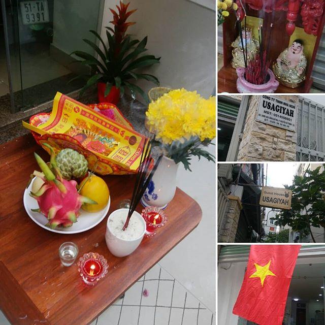今日は大晦日。うさぎやではベトナムの風習に倣って、今年一年の感謝と来年の発展を願って神様に贈り物とお祈りをしました。日本では少しずつ薄れていってしまっている古い風習。まだまだベトナムでは大切に守られています。いつまでも今のベトナムであってほしい。そんな想いのテト前日の出来事。.ホーチミンの日本人ゲストハウス兎家(うさぎや)ゲストハウスusagiyah.com.#usagiyah #兎家 #兎家ゲストハウス #うさぎや #日本人宿 #ゲストハウス #ドミトリー #Guesthouse #ベトナム #Vietnam #ホーチミン #バックパッカー #バックパッカー女子 #一人旅 #海外旅行 #旅好きの人と繋がりたい #出会い #お祈り #お供え #願い #祈り #感謝 #風習 #日本人が忘れたこと #ベトナム人が大切に守っていること #テト前日 #大晦日