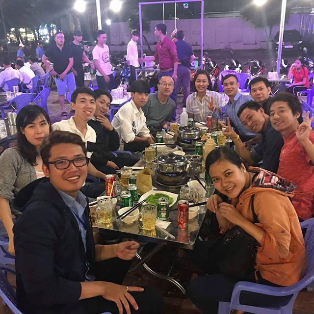 先日の夜、以前に勤めていたベトナムの会社の仲間で食事をしました。退職してても現職でも、こうやって集まれるってのはいいですね♪♪♪ベトナムでの彼らに出会えたことは本当にありがたく思っています。うさぎやをもっと大きくして、彼らみんなを雇えるようがんばりますかっ!.ホーチミンの日本人ゲストハウス兎家(うさぎや)ゲストハウスusagiyah.com.#usagiyah #兎家 #兎家ゲストハウス #うさぎや #日本人宿 #ゲストハウス #ドミトリー #Guesthouse #ベトナム #Vietnam #ホーチミン #バックパッカー #バックパッカー女子 #一人旅 #海外旅行 #旅好きの人と繋がりたい #出会い #食事会 #昔のメンバー #会えてよかった