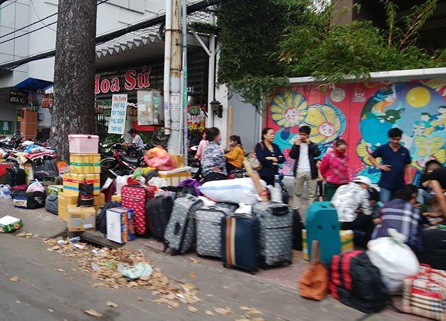 もうすぐテト。ホーチミンは帰省ラッシュの最中です。街中いたるところで故郷に帰る人達の群れが見れます。.しかしこれは…(;´Д`)引っ越し以上のレベルかと…。。。.そんなテト4日前。.ホーチミンの日本人ゲストハウス兎家(うさぎや)ゲストハウスusagiyah.com.#usagiyah #兎家 #兎家ゲストハウス #うさぎや #日本人宿 #ゲストハウス #ドミトリー #Guesthouse #ベトナム #Vietnam #ホーチミン #バックパッカー #バックパッカー女子 #一人旅 #海外旅行 #旅好きの人と繋がりたい #出会い #テト #旧正月 #帰省ラッシュ #もうすぐテト #引っ越しレベル