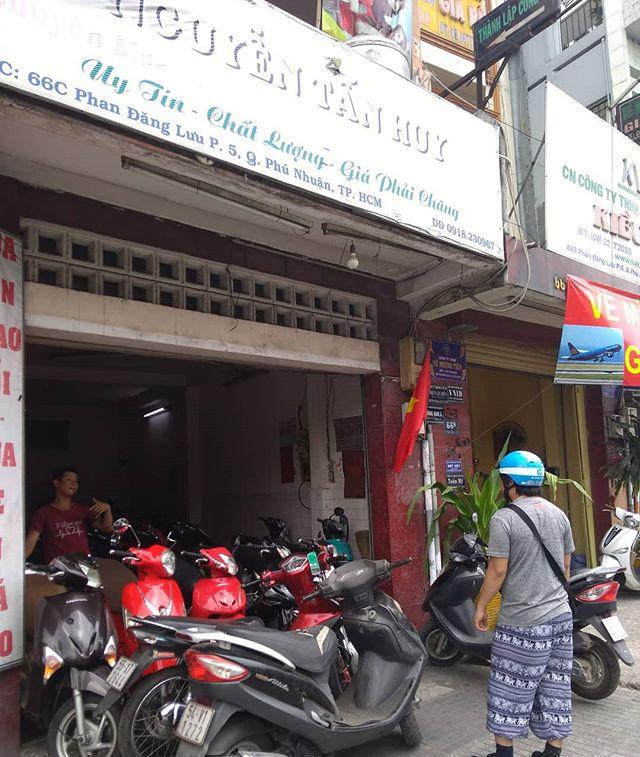 うさぎやにはベトナム縦断バイク旅のお客様が時々来られます。今日はそんなお客様と相棒のバイクを探しに行きました。数件のバイク屋を周り、彼が選んだのはHONDAのドリーム! 今まで数人の縦断旅のお客様のバイク購入をお手伝いしましたが、ドリームを選ばれた方は初めて!さあ、彼は無事にハノイまで辿り着けるのでしょうか…。続報をお待ちください!.ホーチミンの日本人ゲストハウス兎家(うさぎや)ゲストハウスusagiyah.com.#usagiyah #兎家 #兎家ゲストハウス #うさぎや #日本人宿 #ゲストハウス #ドミトリー #Guesthouse #ベトナム #Vietnam #ホーチミン #バックパッカー #バックパッカー女子 #一人旅 #海外旅行 #旅好きの人と繋がりたい #出会い #バイク #ドリーム #水曜どうでしょう #バイク旅 #ベトナム縦断