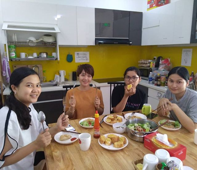 今日は国際女性の日。日本では全く聞いたことのない日ですが、ベトナムでは女性にプレゼントをしたり、食事をご馳走したりします。 私もランチくらいご馳走したかったのですが、逆に彼女たちがランチを作ってくれました(;^ω^)そして今日はうさぎや四姉妹の長女Vanちゃんの誕生日です!.*・゚Happy Birthday ♬+° ・*..ホーチミンの日本人ゲストハウス兎家(うさぎや)ゲストハウスusagiyah.com.#usagiyah #兎家 #兎家ゲストハウス #うさぎや #日本人宿 #ゲストハウス #ドミトリー #Guesthouse #ベトナム #Vietnam #ホーチミン #バックパッカー #バックパッカー女子 #一人旅 #海外旅行 #旅好きの人と繋がりたい #出会い #国際女性の日 #うさぎや四姉妹 #誕生日 #プレゼント