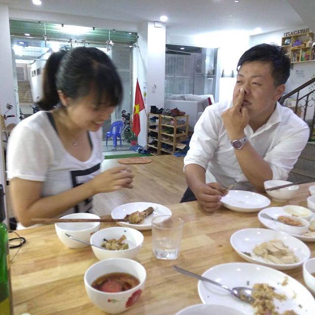 昨夜はお客様も少ないことから、自炊で夕飯をつくりました。でも思い付きで始めたので、食材が全然ない…。冷蔵庫の中身を掘り出して、なんとか数品つくりました。写真は特に関係ありません。豚年同士がイチャついてるだけです(笑).ホーチミンの日本人ゲストハウス兎家(うさぎや)ゲストハウスusagiyah.com.#usagiyah #兎家 #兎家ゲストハウス #うさぎや #日本人宿 #ゲストハウス #ドミトリー #Guesthouse #ベトナム #Vietnam #ホーチミン #バックパッカー #バックパッカー女子 #一人旅 #海外旅行 #旅好きの人と繋がりたい #出会い #居酒屋 #宅飲み #自炊 #豚年 #ベトナムでは猪年は豚年です