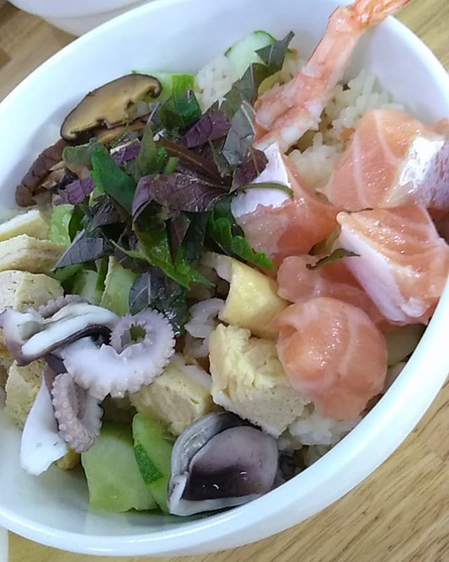 今日のランチはちらし寿司。朝から市場にいってお寿司のネタを購入。サーモン、タコ、エビ、大葉、キュウリ、卵etc。さらに茶碗蒸しも作りました!7人分つくったんですが、2人で2時間もかかってしまいました(苦笑).ホーチミンの日本人ゲストハウス兎家(うさぎや)ゲストハウスusagiyah.com.#usagiyah #兎家 #兎家ゲストハウス #うさぎや #日本人宿 #ゲストハウス #ドミトリー #Guesthouse #ベトナム #Vietnam #ホーチミン #バックパッカー #バックパッカー女子 #一人旅 #海外旅行 #旅好きの人と繋がりたい #出会い #ちらし寿司 #日本食 #お寿司 #手作り #茶碗蒸し