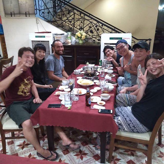 ホーチミンの名物は数ありますが、夕食に行くならなんてったってヤギ鍋です!うさぎやから歩いて数分のヤギ料理のお店は、お客様をご案内しても喜んでいたはだける美味しさです♪今夜は韓国、中国、ドイツのお客様とヤギ料理を楽しみましたヽ(*´∀`)ノ.ホーチミンの日本人ゲストハウス兎家(うさぎや)ゲストハウスusagiyah.com.#usagiyah #兎家 #兎家ゲストハウス #うさぎや #日本人宿 #ゲストハウス #ドミトリー #Guesthouse #ベトナム #Vietnam #ホーチミン #バックパッカー #バックパッカー女子 #一人旅 #海外旅行 #旅好きの人と繋がりたい #出会い #ヤギ料理 #ローカル料理 #ホーチミン名物 #ヤギ鍋