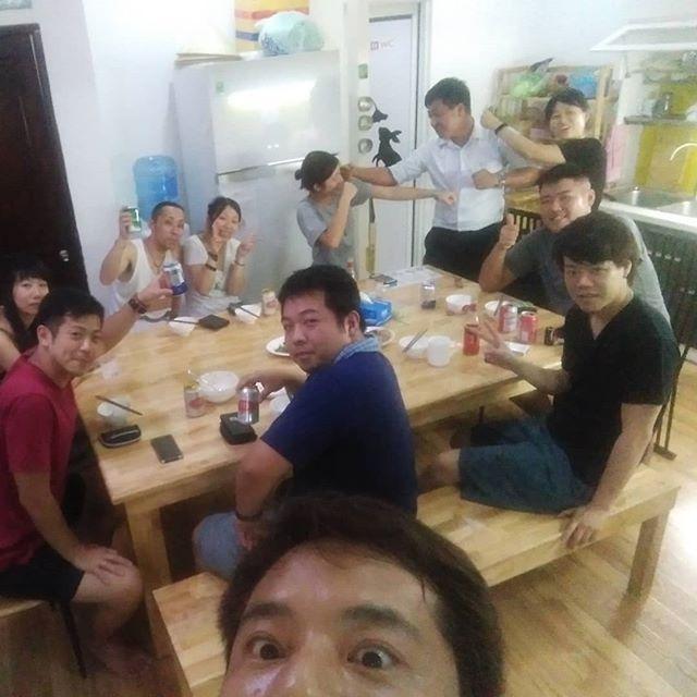 深夜のうさぎや。お客様と団らん♪旅の話で盛り上がりました。(個人的には今年のペナントレースで盛り上がりました笑)冷蔵庫の有り合わせで即席メニューを作って、みんなでカンパーイ!.ホーチミンの日本人ゲストハウス兎家(うさぎや)ゲストハウスusagiyah.com.#usagiyah #兎家 #兎家ゲストハウス #うさぎや #日本人宿 #ゲストハウス #ドミトリー #Guesthouse #ベトナム #Vietnam #ホーチミン #バックパッカー #バックパッカー女子 #一人旅 #海外旅行 #旅好きの人と繋がりたい #出会い #居酒屋メニュー #有り合わせ料理 #団らん #乾杯 #カンパーイ