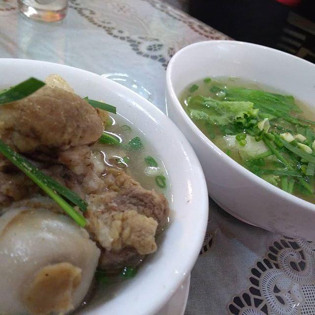 うさぎや近くの中華料理店。随分前に一度行ったきりだったので、久しぶりに足を運んでみました。麺料理ばっかりだったイメージなので、わざわざいいかなーって思ってたら…。.メニューを見てびっくり!完全にベトナム料理(しかもヌードルのみ)!笑.でも普通に安くて美味しかったです( ´ω` )/ビーフシチューヌードル(フォーボーコー)もありました!.ホーチミンの日本人ゲストハウス兎家(うさぎや)ゲストハウスusagiyah.com.#usagiyah #兎家 #兎家ゲストハウス #うさぎや #日本人宿 #ゲストハウス #ドミトリー #ベトナム #Vietnam #ホーチミン #HCMC #バックパッカー #バックパッカー女子 #一人旅 #海外旅行 #旅好きの人と繋がりたい #出会い #ベトナム料理 #中華料理 #ビーフシチューフォー #フォーボーコー #麺料理