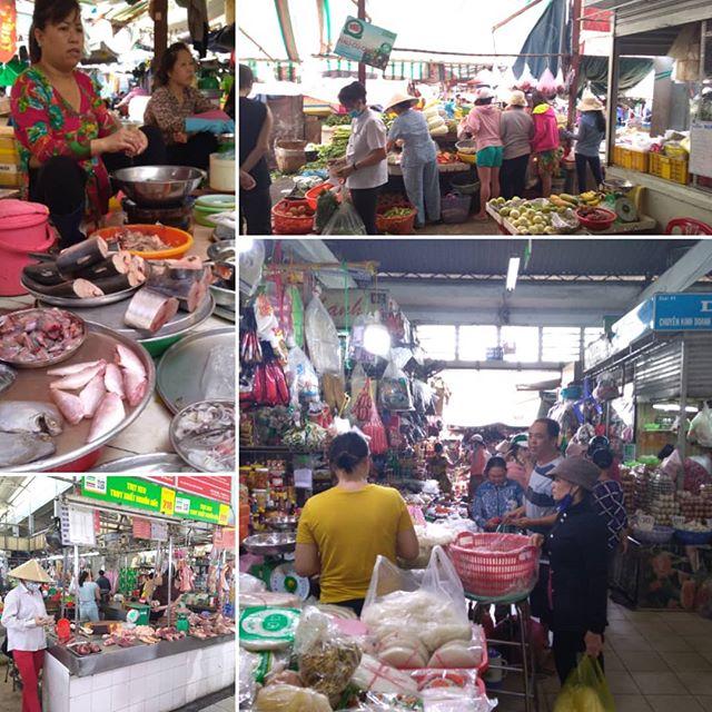 うさぎや近くのローカル市場。バックパッカー街からも近い場所にありますが、ぼったくりもなく現地価格で買い物ができます。多少の英語も通じますし、ちょっとした買い物にも便利ですね。だいたいのものは売ってますし、ベトナムらしくてふらりと散歩するだけでも楽しいですよ。.ホーチミンの日本人ゲストハウス兎家(うさぎや)ゲストハウスusagiyah.com.#usagiyah #兎家 #兎家ゲストハウス #うさぎや #日本人宿 #ゲストハウス #ドミトリー #Guesthouse #ベトナム #Vietnam #ホーチミン #バックパッカー #バックパッカー女子 #一人旅 #海外旅行 #旅好きの人と繋がりたい #出会い #市場 #ローカル市場 #現地価格 #散歩