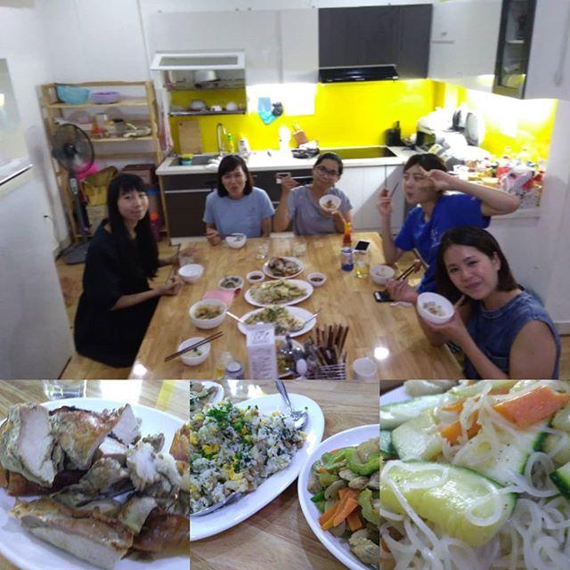 前日のBBQの翌日はのんびり〜♪みんなで料理をつくって夕食にしました。ゴーヤーチャンプルー、ソーメンチャンプルー、高菜チャーハン、それとあひるちゃん♡スタッフとお客様と…、女子ばっかりやん!.ホーチミンの日本人ゲストハウス兎家(うさぎや)ゲストハウスusagiyah.com.#usagiyah #兎家 #兎家ゲストハウス #うさぎや #日本人宿 #ゲストハウス #ドミトリー #ベトナム #Vietnam #ホーチミン #HCMC #バックパッカー #バックパッカー女子 #一人旅 #海外旅行 #旅好きの人と繋がりたい #出会い #自炊 #高菜チャーハン #ゴーヤーチャンプルー #ソーメンチャンプルー #あひるちゃん