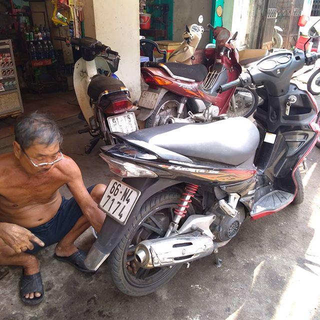 朝から買い物に行ったら、どうもバイクの後ろのタイヤがすべる…。嫌な予感は的中。リアタイヤにがっつり釘が刺さってました(´△`)↓急いで近くの修理屋さんへ。サクサクッと15分ほどで直してくれました。ベトナム人ってほんと器用ですね♪.ホーチミンの日本人ゲストハウス兎家(うさぎや)ゲストハウスusagiyah.com.#usagiyah #兎家 #兎家ゲストハウス #うさぎや #日本人宿 #ゲストハウス #ドミトリー #ベトナム #Vietnam #ホーチミン #HCMC #バックパッカー #バックパッカー女子 #一人旅 #海外旅行 #旅好きの人と繋がりたい #出会い #バイク #パンク #修理 #パンク修理 #器用