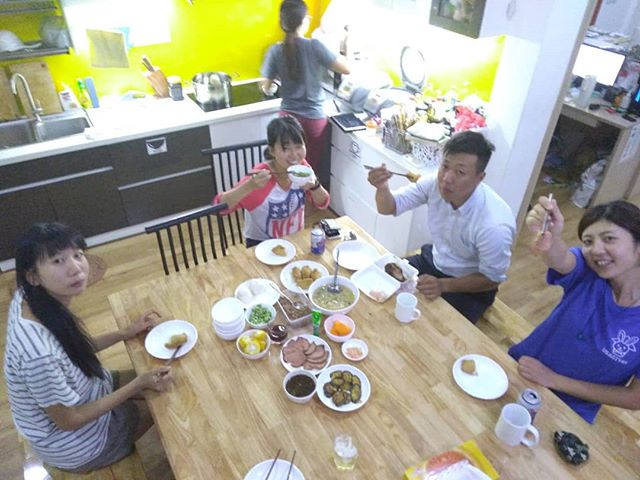 きょうはローストビーフとおいなりさんをつくりました。はじめてつくったけど、じょうずにできたとおもいます。生ハムのリクエストがでましたが、さすがにくんせいはめんどうです。あしたもがんばります。.ホーチミンの日本人ゲストハウス兎家(うさぎや)ゲストハウスusagiyah.com.#usagiyah #兎家 #兎家ゲストハウス #うさぎや #日本人宿 #ゲストハウス #ドミトリー #ベトナム #Vietnam #ホーチミン #HCMC #バックパッカー #バックパッカー女子 #一人旅 #海外旅行 #旅好きの人と繋がりたい #出会い #ローストビーフ #おいなりさん #生ハム #手作り #暇じゃないよ!