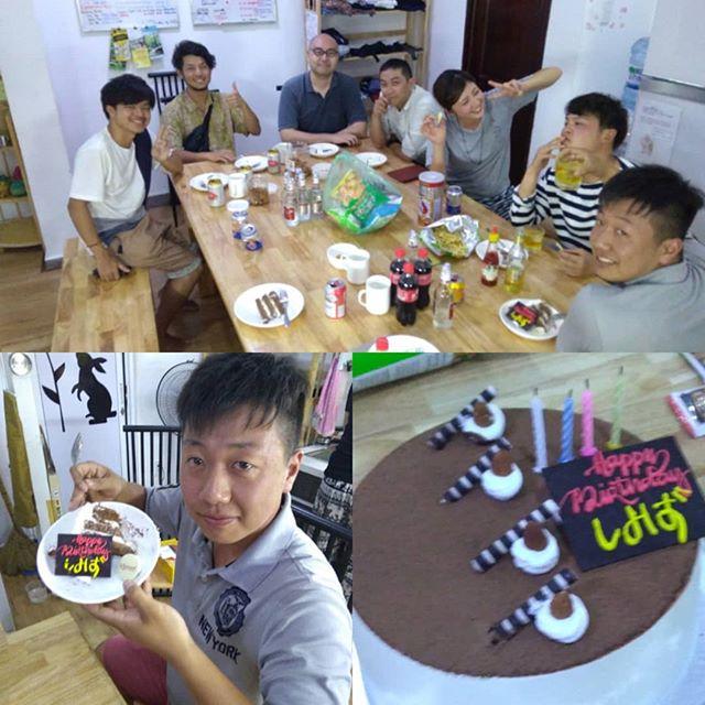 インターンで滞在してくれる清水くん、23歳の誕生日パーティー♪お客様とスタッフとみんなでお祝いしました!彼はベトナムで2回目のインターン滞在。今回はうさぎやで二ヶ月滞在。うさぎやではインターン生や短期留学の学生を支援しています。もしベトナムでの短期滞在をお考えなら、ぜひうさぎやにご相談ください!.ホーチミンの日本人ゲストハウス兎家(うさぎや)ゲストハウスusagiyah.com.#usagiyah #兎家 #兎家ゲストハウス #うさぎや #日本人宿 #ゲストハウス #ドミトリー #ベトナム #Vietnam #ホーチミン #HCMC #バックパッカー #バックパッカー女子 #一人旅 #海外旅行 #旅好きの人と繋がりたい #出会い #誕生日パーティー #ケーキ #バースデー #バースデーケーキ #インターンシップ