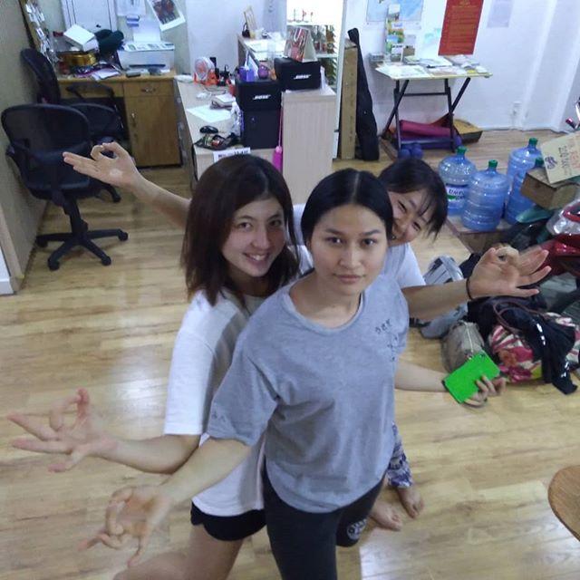 うさぎやの柴咲コウ、らんらん最終日。学業に専念するためにうさぎやを卒業します。うさぎやスタッフNo.1の日本語力は非常に残念ですが、これもまた次のステップに進むため。みんなで笑顔で見送りました!また忙しいときは呼び出しますね(笑).ホーチミンの日本人ゲストハウス兎家(うさぎや)ゲストハウスusagiyah.com.#usagiyah #兎家 #兎家ゲストハウス #うさぎや #日本人宿 #ゲストハウス #ドミトリー #ベトナム #Vietnam #ホーチミン #HCMC #バックパッカー #バックパッカー女子 #一人旅 #海外旅行 #旅好きの人と繋がりたい #出会い #最終日 #卒業 #ありがとう #またね #lan