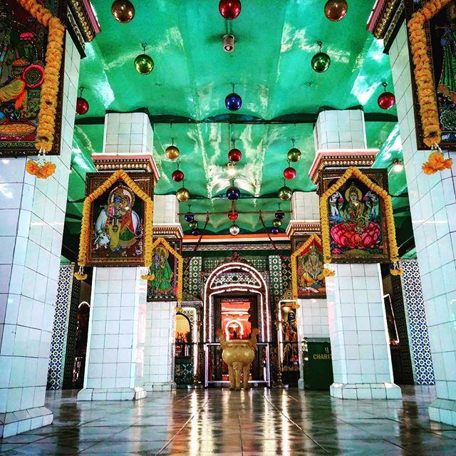 ロケハンならぬ、フォトジェニックハント。日曜日の今日はインスタ映え必須のヒンズー教寺院へ。ヒンズー教寺院はカラフルで神様の像や絵がいっぱいあってインスタ映え♪屋上には塔(?)があって、神様の彫像がたくさんあります。よく見てみると中にはネクタイを締めた人やフレディ・マーキュリーそっくりなのも…(*´艸`)これってインスタ映えになりませんか?笑.ホーチミンの日本人ゲストハウス兎家(うさぎや)ゲストハウスusagiyah.com.#usagiyah #日本人宿 #ゲストハウス #ドミトリー #ベトナム #Vietnam #ホーチミン #hochiminh #バックパッカー #backpacker #girlstravel #タビジョ #バックパッカー女子 #一人旅 #solotravel #海外旅行 #海外 #travel #旅好きの人と繋がりたい #フォトジェニック #Photogenic #インスタ映え #インスタジェニック #ヒンズー教 #ヒンズー教寺院 #フレディ・マーキュリー #神様 #彫像 #像 #寺院