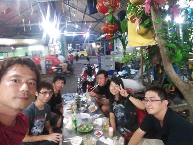 うさぎや近くのローカルベトナム料理店。通い過ぎて店員ほぼ全員が顔見知り。近所に住んでる人も多いので、フラフラ歩いていたら声をかけられることもしばしば。普通にベトナム語で話しかけられますが、僕はそんなに喋れませんから(笑).ホーチミンの日本人ゲストハウス兎家(うさぎや)ゲストハウスusagiyah.com.#usagiyah #日本人宿 #ゲストハウス #ドミトリー #ベトナム #Vietnam #ホーチミン #hochiminh #バックパッカー #backpacker #girlstravel #タビジョ #バックパッカー女子 #一人旅 #solotravel #海外旅行 #海外 #travel #旅好きの人と繋がりたい #フォトジェニック #Photogenic #インスタ映え #インスタジェニック #ベトナム料理 #ローカル料理 #ローカル #貝料理 #友達 #駐在員 #旅仲間