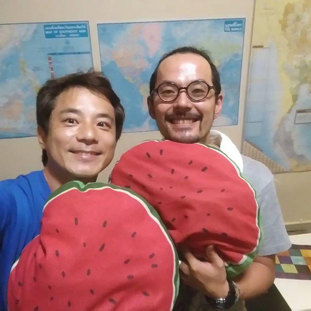 バンコク出張中です。バンコクの日本人宿、すいかハウスにおじゃましてます。 オーナーのこうせいさんとは話があってなんだかんだいろいろ話しました。海外で宿屋をする先輩から勉強させてもらいました。これからうさぎやと連携していけたら、お互いが発展できると実感した夜です。.ホーチミンの日本人ゲストハウス兎家(うさぎや)ゲストハウスusagiyah.com.#usagiyah #日本人宿 #ゲストハウス #ドミトリー #ベトナム #Vietnam #ホーチミン #hochiminh #バックパッカー #backpacker #girlstravel #タビジョ #バックパッカー女子 #一人旅 #solotravel #海外旅行 #海外 #travel #旅好きの人と繋がりたい #フォトジェニック #Photogenic #インスタ映え #インスタジェニック #バンコク #タイ #ネットワーク #先輩 #連携 #すいかハウス #suicahouse