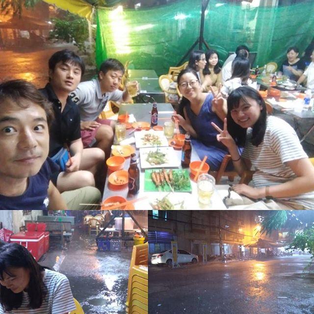 雨季に入ってもここ数日は雨のない日々でした…が。溜まり溜まったものがいっぺんに!久しぶりの強烈な雨で食べに出たものの、お会計してもうさぎやに帰れない(笑)でもこれも東南アジアの醍醐味ですよね♪.ホーチミンの日本人ゲストハウス兎家(うさぎや)ゲストハウスusagiyah.com.#usagiyah #日本人宿 #ゲストハウス #ドミトリー #ベトナム #Vietnam #ホーチミン #hochiminh #バックパッカー #backpacker #girlstravel #タビジョ #バックパッカー女子 #一人旅 #solotravel #海外旅行 #海外 #travel #旅好きの人と繋がりたい #フォトジェニック #Photogenic #インスタ映え #インスタジェニック #雨季 #雨 #ローカル料理 #ローカル #ベトナム料理 #東南アジア #醍醐味