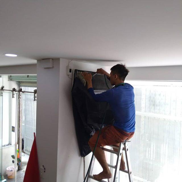 うさぎやエアコン清掃中。うさぎやでは定期的にすべてのエアコン清掃を業者に発注しています。これもお越しになられるお客様に、快適な滞在をしていただくため。業者の清掃が終わったら、スタッフ全員で後片付けと清掃です!.ホーチミンの日本人ゲストハウス兎家(うさぎや)ゲストハウスusagiyah.com.#usagiyah #日本人宿 #ゲストハウス #ドミトリー #ベトナム #Vietnam #ホーチミン #hochiminh #バックパッカー #backpacker #girlstravel #タビジョ #バックパッカー女子 #一人旅 #solotravel #海外旅行 #海外 #travel #旅好きの人と繋がりたい #フォトジェニック #Photogenic #インスタ映え #インスタジェニック #清掃 #エアコン #エアコンクリーニング #クリーニング #掃除 #エアコン清掃