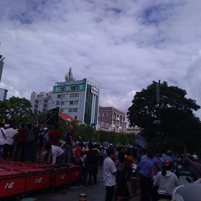 昨日、ホーチミン市内でデモ行進がありました。共産国のベトナムではデモは事前に制圧されることも多いのですが、今回は予告通り行われました。このデモはベトナム政府が経済特区として中国に99年の土地を租借するということに反してのもの。政府内部でも意見は分かれているようで、結論が出るのはもう少し先のようです。なんにしろベトナムに良い結果に向かえばいいんですけどね。.ホーチミンの日本人ゲストハウス兎家(うさぎや)ゲストハウスusagiyah.com.#usagiyah #日本人宿 #ゲストハウス #ドミトリー #ベトナム #Vietnam #ホーチミン #hochiminh #バックパッカー #backpacker #girlstravel #タビジョ #バックパッカー女子 #一人旅 #solotravel #海外旅行 #海外 #travel #旅好きの人と繋がりたい #フォトジェニック #Photogenic #インスタ映え #インスタジェニック #ベトナム政府 #デモ #デモ行進 #経済特区 #中国 #租借 #99年