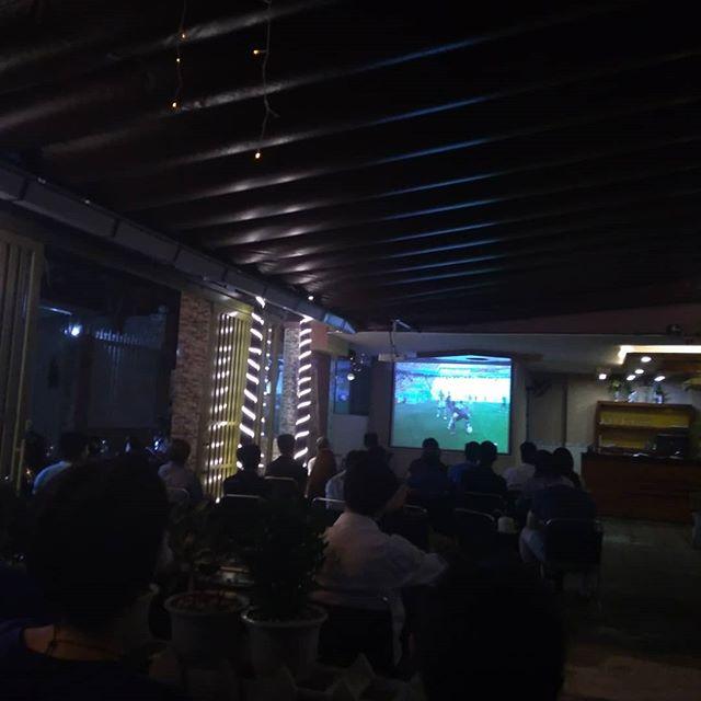 昨夜は日本代表ワールドカップ初戦!うさぎやのお客様とホーチミン駐在友達でテレビ観戦♪前半はうさぎやで、後半は近くにあるカフェに行きました。最近できたちょっと大きめのカフェにはプロジェクターが設置され、ワールドカップ中は全試合放送されてます。現地の人たちに混じって日本を応援!結果は皆さんご存知の通りヾ(*'ω' )ノワールドカップ中にうさぎやにお越しのお客様、一緒にカフェでサッカー観戦しませんか??.ホーチミンの日本人ゲストハウス兎家(うさぎや)ゲストハウスusagiyah.com.#usagiyah #日本人宿 #ゲストハウス #ドミトリー #Guesthouse #ベトナム #Vietnam #ホーチミン #hochiminh #バックパッカー #backpacker #girlstravel #タビジョ #バックパッカー女子 #一人旅 #海外旅行 #海外 #旅好きの人と繋がりたい #フォトジェニック #photogenic #インスタ映え #インスタジェニック #ワールドカップ #初戦 #日本代表 #コロンビア #カフェ #応援