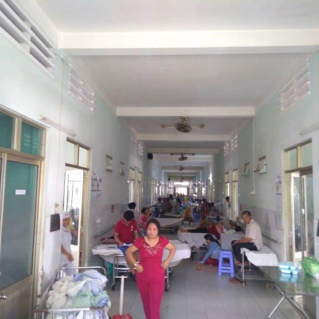 ホーチミンからバスで2時間ちょい、友達が働くベンチェという街に日帰りトリップ。彼女が働く病院を見学してきました♪まず驚いたのは1,200床の病院に入院患者が1,400人だとか…。院内をウロウロしてたら廊下にベッドが…。これなら稼働率100%超えるよね(^_^;いろいろあるんやろうけど、こんな環境で1年間半以上働いてる彼女に脱帽です(´・ω・`)残る任務が有意義になってほしいなぁと思ってホーチミンに帰りました。うさぎやの稼働率も100%超えてくれんかなぁ(笑).ホーチミンの日本人ゲストハウス兎家(うさぎや)ゲストハウスusagiyah.com.#usagiyah #日本人宿 #ゲストハウス #ドミトリー #Guesthouse #ベトナム #Vietnam #ホーチミン #hochiminh #バックパッカー #backpacker #girlstravel #タビジョ #バックパッカー女子 #一人旅 #海外旅行 #海外 #旅好きの人と繋がりたい #フォトジェニック #photogenic #インスタ映え #インスタジェニック #医療 #病院 #理学療法士 #pt #入院 #患者