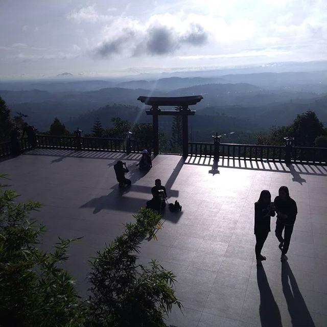 早朝からバオロックの山の上にあるお寺へ。ホテルかバイクで30分、バイクを置いて山道を歩くこと15分。山頂のお寺は日本のお寺と神社をミックスしてベトナムスパイスをかけたようなお寺でした。いろいろツッコミどころはありましたが、景色には満足です・:*+.(( °ω° ))/.:+.ホーチミンの日本人ゲストハウス兎家(うさぎや)ゲストハウスusagiyah.com.#usagiyah #日本人宿 #ゲストハウス #ドミトリー #Guesthouse #ベトナム #Vietnam #ホーチミン #hochiminh #バックパッカー #backpacker #girlstravel #タビジョ #バックパッカー女子 #一人旅 #海外旅行 #海外 #旅好きの人と繋がりたい #フォトジェニック #photogenic #インスタ映え #インスタジェニック #お寺 #神社 #山頂 #絶景 #ミックス #ツッコミどころ満載